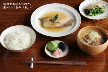 浅いリム皿は和食との相性がバツグン。プレートご飯でお魚も野菜もたくさんのせて、朝からモリモリ元気いっぱいに。