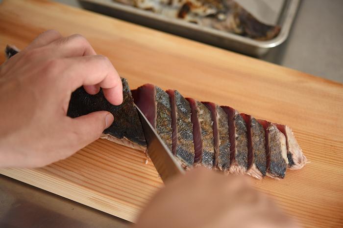 この時季、鮮魚コーナーにずらりと並ぶかつおのサク。すでに刺身になっているものより量をたくさん食べられて割安ですが、部位によって2種類あります。皮が黒っぽい「背」と、銀色っぽい「腹」――味の違いは、背側があっさりしていて、腹側は脂が比較的多くのっています。味の好みで選んだり、2種類を食べ比べたりしてみてはいかがでしょうか。