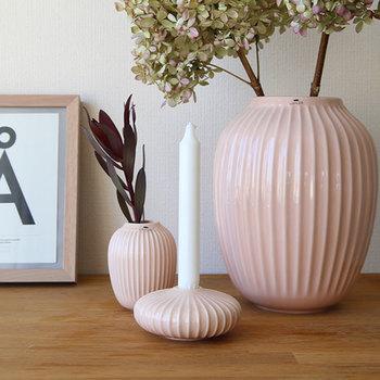 同じシリーズで花器もあるので、合わせて飾るとより素敵です。色や形を組み合わせることで色んなシチュエーションが楽しめるので、ここがセンスの見せ所です。