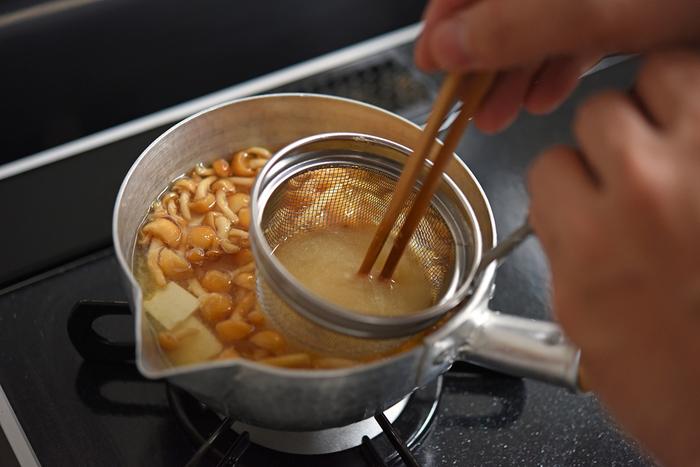 お馴染みの、なめこ×豆腐の味噌汁ですが、お豆腐は木綿or絹ごし?冨田さんのおすすめは、つるんとのど越しの良い「絹ごし」のようです。みそを溶き入れたら、斜め薄切りにした青ねぎを加えて彩りも良く仕上げましょう。
