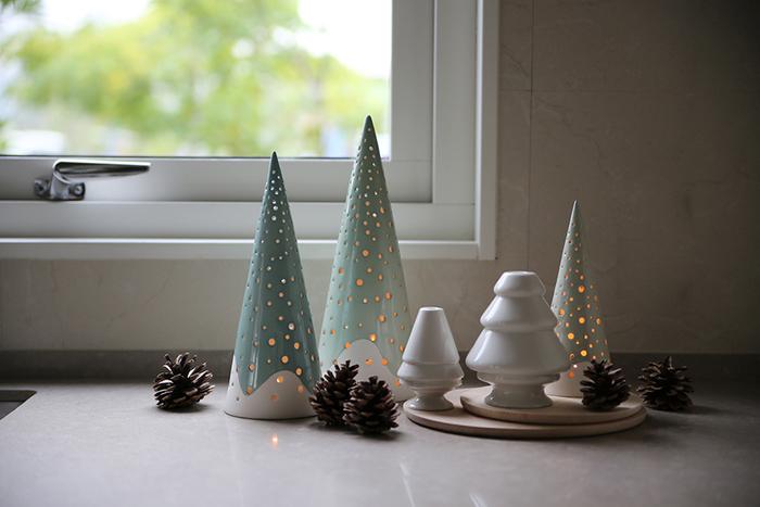 クリスマスツリーのようなのっぽでかわいらしい「ノビリ」。小さな穴からもれ出る光がロマンチックで素敵。やわらかい色合いで、ナチュラルなお部屋にもマッチします。アロマ用の小さなティーライトキャンドルを中に入れて使用するタイプです。