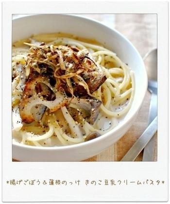 カリカリおいしいごぼうとレンコン、そしてヘルシーな豆乳で仕上げたスープパスタ。ぴりっとコショウの効いた大人の味わいです。