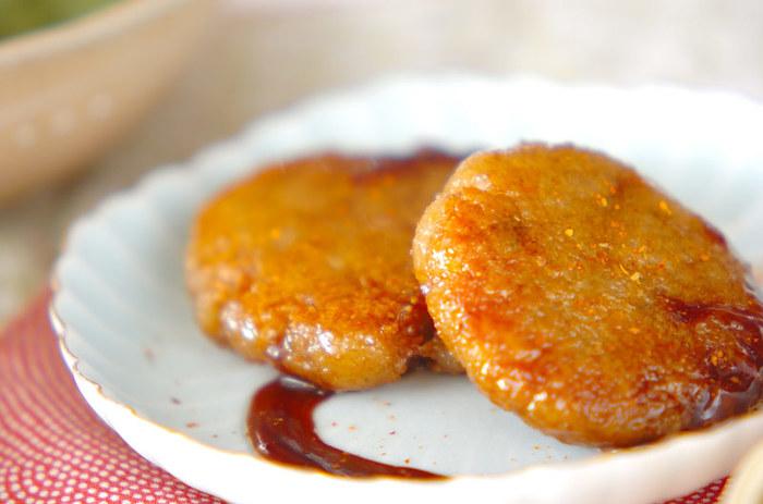 すりおろしたレンコンは、もちもちとした食感がとても美味♪ 片栗粉とすりおろしレンコンを混ぜてフライパンで焼いてから、甘辛ダレであえていただきます。おやつにも良いですね。