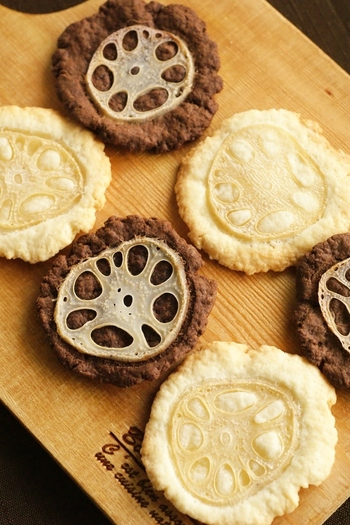 レンコンの輪切りをのせた、なんとも可愛い見た目の2色クッキーです。多めにつくってプレゼントにするのも良いですね。