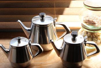 サイズは3種類。1人用、2人用、5人用とあります。お家でまったりティータイムを楽しむなら小さめタイプも良いですが、5人用は900mlとたっぷり使えるので、ちょっとお湯を沸かしたいときにもやかんとして便利。お客さんがたくさん来たときにも安心ですね。熱伝導率が高いのですぐにお湯が沸くし、ステンレスなので冷めにくいんです。