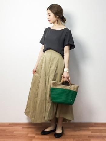 タックがはいっていて、ふわっと広がるラインがレディーな印象を与えるスカート。適度なハリ感があり、イレギュラーヘムのデザインがシンプルな中にも微妙な動きをプラスしています。