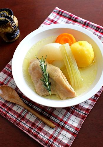 たんぱくな大根は、洋風の料理にもよく似合います。大根をはじめ、たくさんの野菜と鶏もも肉から出るダシで、コンソメいらず。