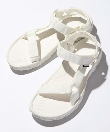 「ビルケンシュトック」や「TEVA(テバ)」をはじめ、アウドドアブランドやスポーツブランドが作るコンフォートサンダルは、歩きやすさが抜群。素足はもちろん、靴下と合わせて履いてもかわいいので、爽やかな白をぜひ一足持っておきたいですね。