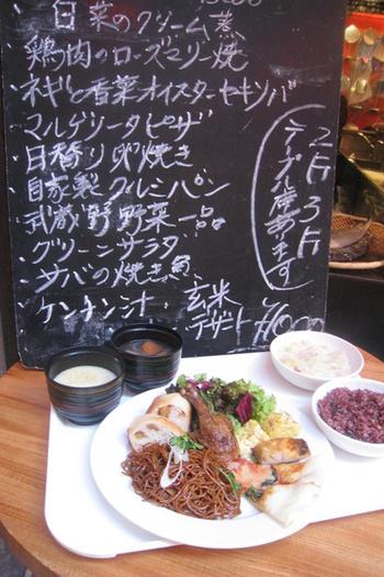アジアンテイストなこちらのお店は、中華風の家庭料理がメイン。それに加えて「焼き鳥」など、日本の定番のおつまみもそろっているのは嬉しいポイント!  ランチもやっていて、バイキング形式なのが嬉しいですね。