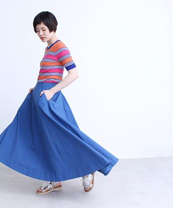 白や黒、ボーダートップスに飽きてきたら、思い切って柄物にも挑戦してみて下さい。袖と襟部分にスカートと同じ、ビビットなブルーが入ったトップス。色使いは派手なのに不思議とまとまり、おしゃれ度がアップします。