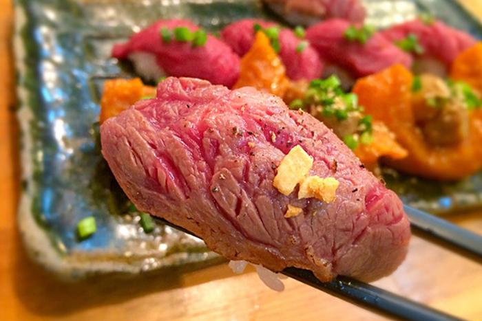 恵比寿横丁の中でも特に活気があるのが「肉寿司」。女性客が半数以上をしめることもあるんだとか!桜肉(馬肉)を中心に、新鮮なお肉の握りを堪能できます。