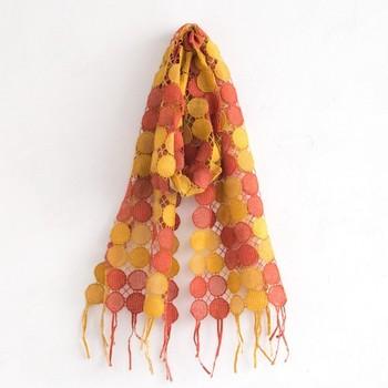 『西の西陣』と並び『東の桐生』と称される高級織物の一つ、桐生織りでとても繊細に織り上げられたマフラー。ハッとするほど鮮やかに染色されたオレンジは、表情を明るく引立ててくれますよ♪