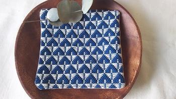 『こぎん刺し』という、青森県津軽市に伝わる刺し子の手法で作られたコースター。『こぎん』とは、津軽弁で『野良着』のこと。そして、野良着のように丈夫で保温性もアップするようにと、布を重ねあわせ刺し縫いすることを『刺し子』というんですよ。