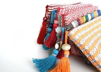 ポップな色合いが可愛い♪でも、なんだかちょっと懐かしい。大人過ぎず、子どもっぽくもない。伝統をモチーフに織り上げたオリジナルは、年齢を問わずに使いやすい、絶妙のバランスを持ったポーチとなりました。