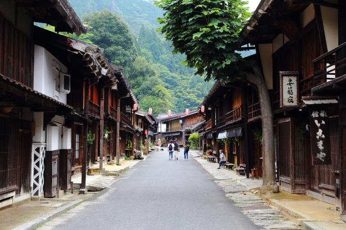 全国各地に点在する宿場町の中でも、妻籠宿は、特に江戸時代の面影を色濃く残す宿場町として知られており、日本で初めて重要伝統的建造物群保存地区に指定された地です。道の両横に軒を連ねる古い家並みを眺めながら妻籠宿を散策していると、まるで江戸時代にタイムスリップしたかのような錯覚さえも感じます。