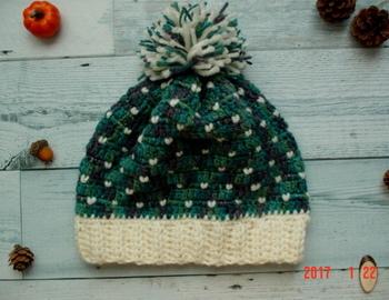肉厚で防寒対策にもぴったりなニット帽。深い緑とちらちらと舞う白い模様が、冬の景色のよう。しっかりあたたかく防寒をして、雪の中に飛び出していきたくなりますね。