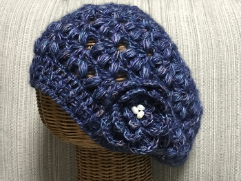 レディライクな玉編みが大人女子にぴったりです。お花のモチーフをつけて、さらに可愛く。