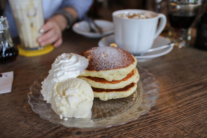 ランチもあるのですが、来店者のほとんどが注文する圧倒的人気の「パンケーキ」。フワフワの食感と焼き立ての甘い良い香りがたまりません。こちらは「パンケーキ バニラアイス添え」、他に「抹茶パンケーキ」や、食事系の「チーズパンケーキ」なども評判です。