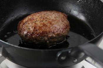 オーブン料理にも対応しています。フライパンで軽く下ごしらえをして、あとはオーブンでぐつぐつ焼くだけ。香ばしい香りが漂ってきそうです。