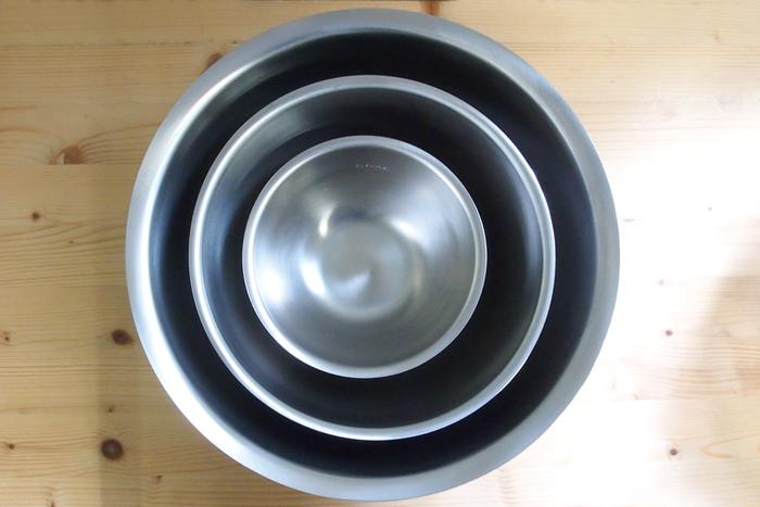 お料理に必須なボウルも、今までになかったカタチと機能が。フチの巻き込み部分がないので、ボウルとざるがぴたっと重なり、水切りなどに便利。