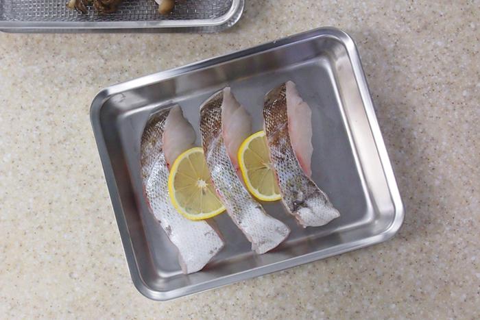 厚みがあり、丈夫で安定感があり、つや消し加工が無機質なステンレスに温かみを加えています。お肉やお魚を漬け込んだり、あさりの塩抜きをしたり、お料理に大活躍!別売りの角ざるを使えば、お豆腐などの水切りもできます。