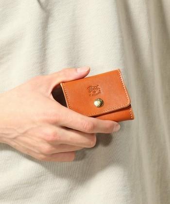 オン・オフ、様々なシーンで使えるコインケースも贈り物としてはおすすめです。シンプルで手に馴染みやすいデザインで、大人の男性にぴったり◎。