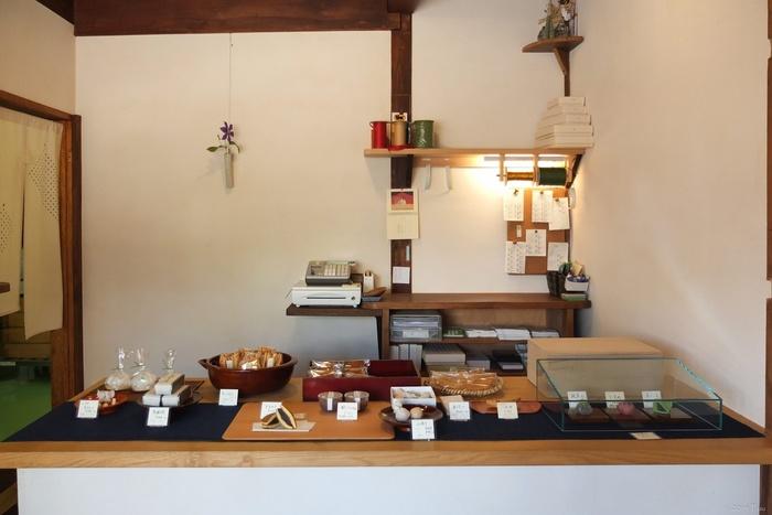 中はこじんまり。カウンターには、つくりたての和菓子が並びます。干菓子は日持ちもするので、お土産にも良いですね。  入口横では「どら焼き」の仕込みも。作り手の顔が見える小さなお店は、お土産として友達に渡す時も、一緒に旅のぬくもりを伝えられそう。