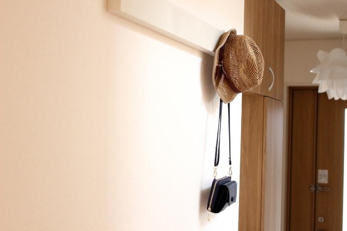 """""""掛ける""""って実はすごく魅力のある収納方法。アイテムたちが飾っているかのように素敵に映ります。帽子やバッグなど、出かける時の必需品を掛けておけば、探し物をすることもなくなるかもしれません。"""