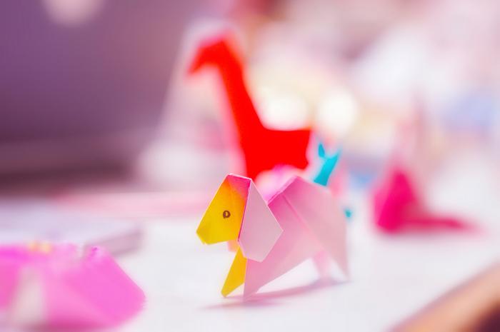 いかがでしたか?一枚の紙でこれほどまでに多彩な形を生み出せる折り紙の世界を堪能していただけたでしょうか?折り紙の柄や色を変えるだけで印象もだいぶ変わるので、色々と試してみたくなりますよね♪また、我が子が気が付くとゲームやスマホばっかり!と思っている方も、とってもアナログな折り紙をお子さんと一緒に折ることによって、親子の大切な時間をよりクリエイティブにし、手作りの温かさを学べる機会にもなるのではないでしょうか♪