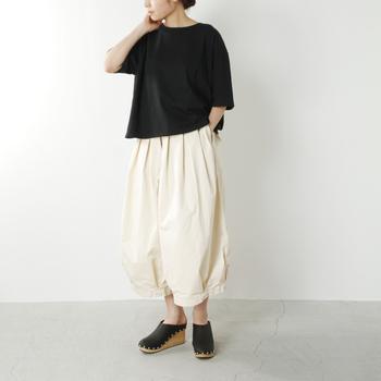 ■着こなしポイント【バルーンパンツ】バルーンスカートというのはよく見かけますが、バルーンパンツがこちら。「かわいい!!」と声が思わず漏れてしまいそうなシルエット。すっきりとした黒ブラウスを合わせて品良くモノトーンコーデを仕上げています。