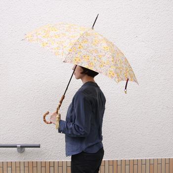 お花畑のような心躍るリバティ柄の傘は、雨の日を軽やかな気持ちで過ごさせてくれるはず。淡いカラーを基調としているので、程よい可愛さが大人女子でも安心して使えます。