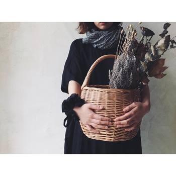 【カゴバッグ】モノトーンコーデを季節感たっぷりに仕上げてくれるのがカゴバッグです。トート型、ドラム型、フリル付きなど、いろんな種類があるのでお好みで♪ぜひ1つは持っておきたいアイテムです。