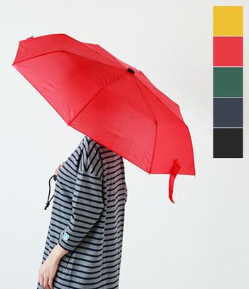 パキッとしたレッド×単色の傘は、インパクト大。夜道で目立つというメリットもあります。洋服なら勇気のいるカラーも、傘なら挑戦しやすいですよね。