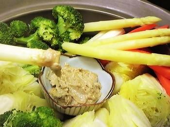 野菜を土鍋に並べ、水を注いで火にかけ、沸騰したら、蓋をして火を止めます。5分~10分、蒸らせば出来上がり! 子どもも大好きなピーナツごまだれのディップで、野菜がたくさん摂取できます!