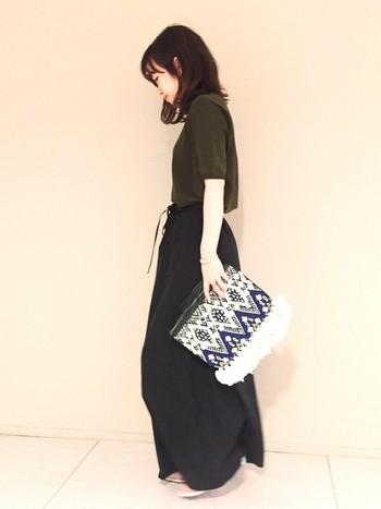 さらりとした着心地の良いアセテートコットン素材のロングスカートは、オールブラックコーディネートで潔く。個性的なクラッチバッグなどの小物を合わせれば、クールな大人スタイルを演出できます。