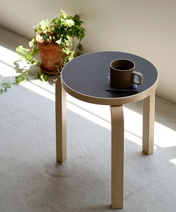 椅子部分が平らな場合は、飲みかけのものをちょっと置いておくにも便利。