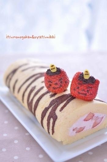 トラ模様で節分ロールケーキ。上に乗せたイチゴの鬼さんもかわいらしいですね。