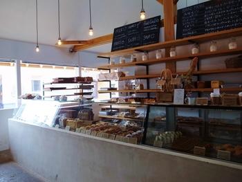 このお店は、ショーケースから選んだパンを店員さんに注文して買う対面式。さりげない人とのふれあいがあるっていいですよね。