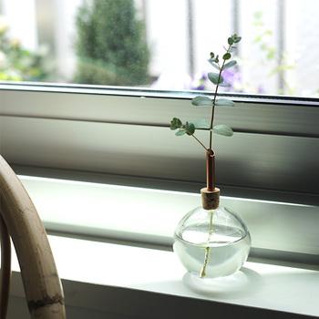 フラスコにささった銅管が茎を支えてくれるので、すっと伸びた美しいフォルムに仕上がります。地味になってしまう野花も、その可憐さが引き立つ一輪挿しです。