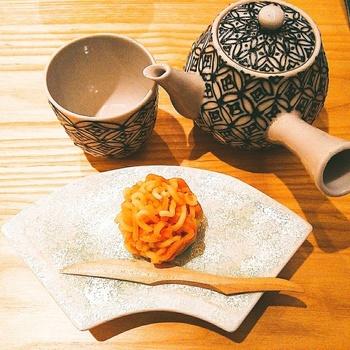 京都・西陣の老舗和菓子店 「塩芳軒」の生菓子やオリジナル和菓子が、こだわりの珈琲やお茶と共に楽しめます。