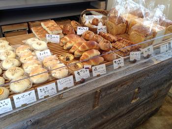 店内には、飽きのこないシンプルな味わいのパンがずらり。