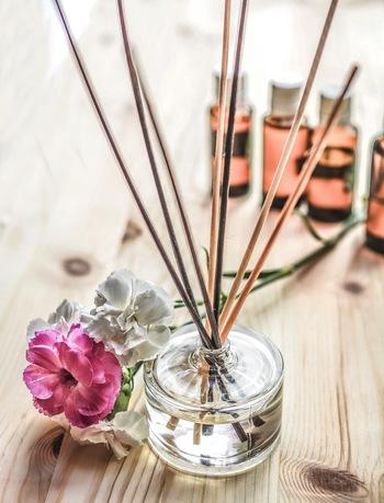 よくドラッグストアや雑貨屋さんで見かけるリードディフューザーもアロマオイルを使って簡単に手作りできます。オイルの自然で穏やかな香りがお部屋を包みます。余ってしまった精油の活用法としてもおすすめですよ♪