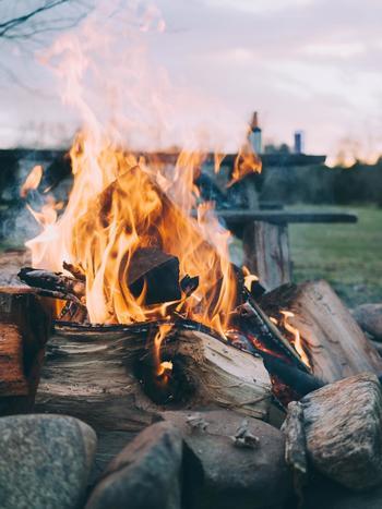 キャンプでの楽しみは、あえての不自由さ。火を使う、水を使うなど、日頃何気なく行っていることがいかに便利なことなのか実感します。