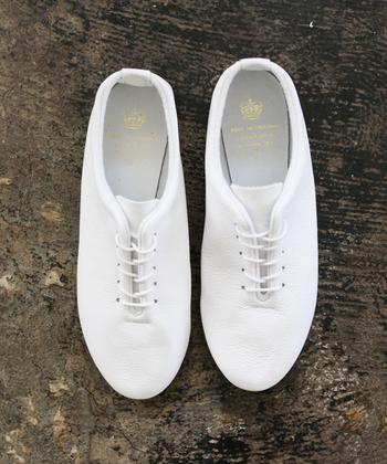 ダンスシューズとして使われる足に柔らかくフィットするレースアップシューズ。コーディネートにナチュラルで優しい雰囲気を加えてくれます。
