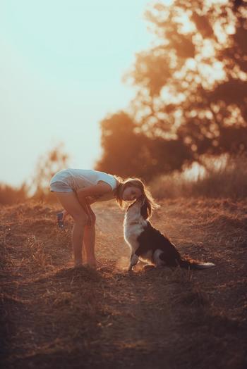 キャンプなら、家族とともにペットとも気兼ねなく一緒の時間を過ごせるのが嬉しいですね。家で過ごすのとはまた違う楽しみ方や思い出ができそうです。