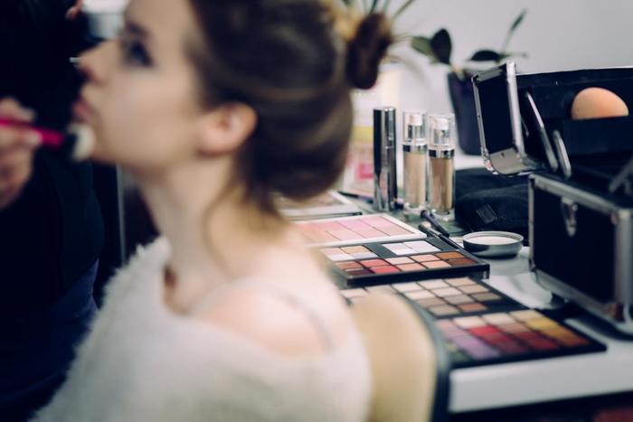 ピンクと言っても色々なピンクがあって、自分に似合う色がわからない!という方は、メイクアドバイスもしてくれるコスメ販売店で相談するのはもちろん、美容師さんに相談してみるのもおすすめですよ。  様々な色にチャレンジして、自分の好きな色をみつけてくださいね♪