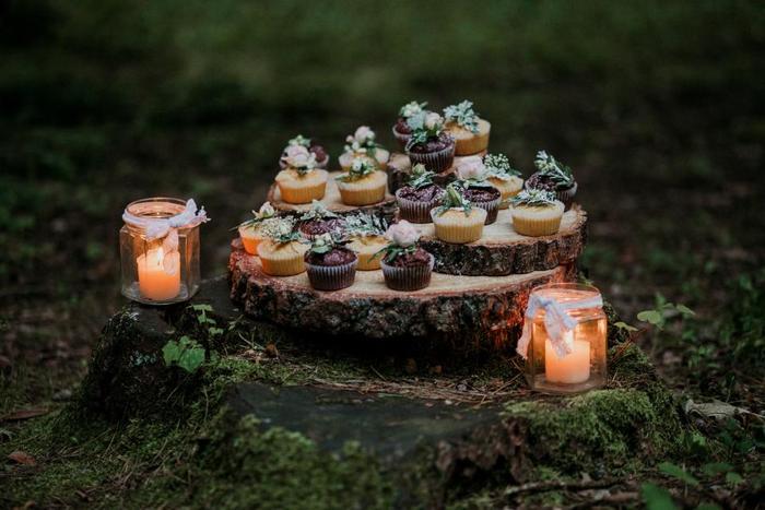 切り口が木の年輪のように見えるバームクーヘン。ドイツ語でバウムは「木」でクーヘンは「ケーキ」という意味の、ドイツ発祥のお菓子です。この年輪が「幸せを重ねる」ことや「長寿、繁栄」を連想させるため、引菓子やお祝いの贈り物として人気があります。