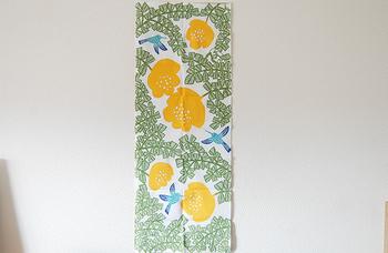壁にシンプルに貼るだけでも、立派なインテリアに♪   手ぬぐいをタペストリーとして使えるように 専用の「タペストリー棒」や手ぬぐい額も販売されています。 パネルに貼って、ファブリックパネルとして使うのも良いですね。