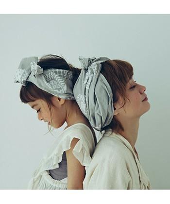 手ぬぐいを細く折って、頭に巻くだけでヘアバンド♪ゆるっと巻いてもかわいい。