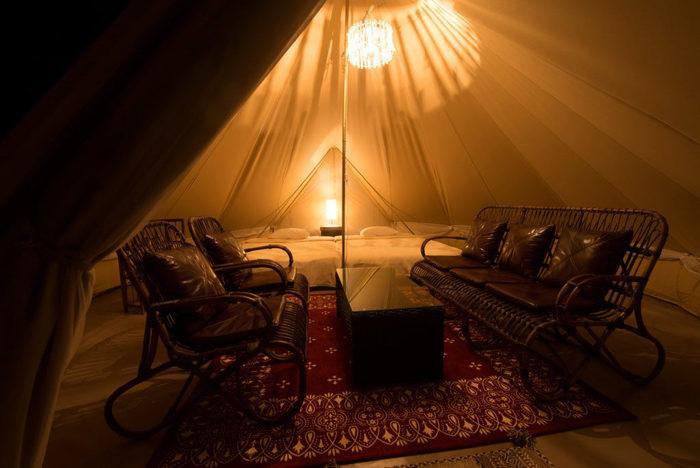テントの中には豪華な灯りもともるので、子どもが暗がりを怖がるというようなこともありません。やわらかなベッドに転がっていると、日ごろの疲れた心が癒されていくのを感じます。
